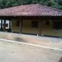 Casa com varanda e quintal grande