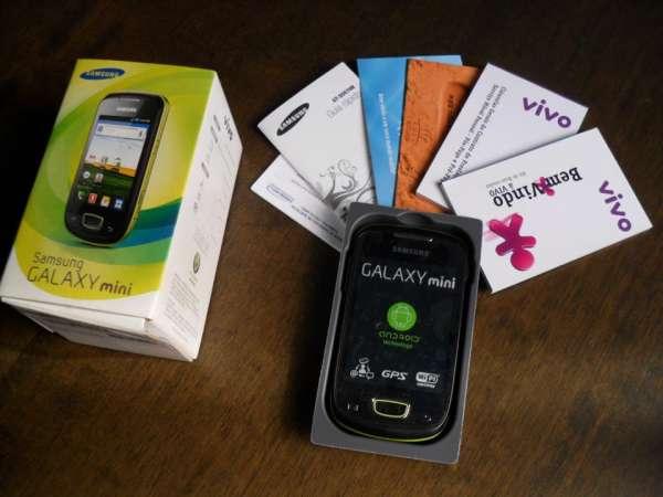 Samsung galaxy mini na caixa com todos os acessórios