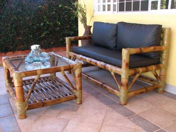 Sofá de bambu mosso escurecido