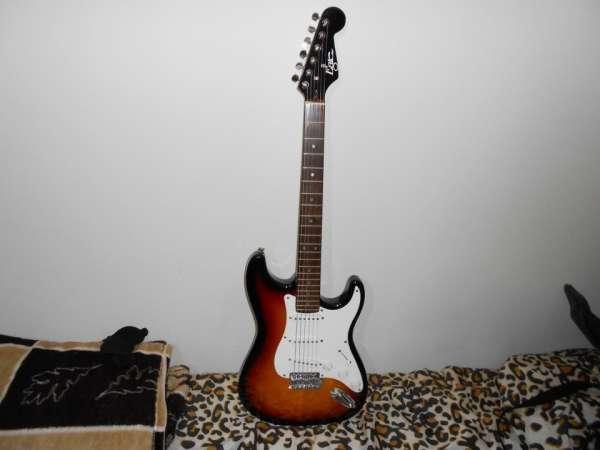 Guitarra eagle strato sts 001 cor marrom e preta.