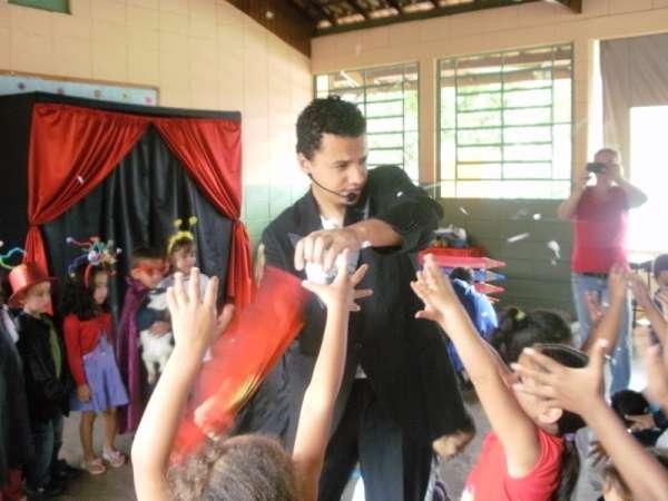 Show de mágicas nas escolas - o melhor mágico da região.