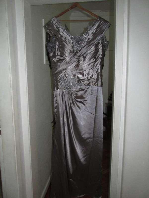 Vestido de festa tamanho exg nunca usado importado cor prata com aplicações