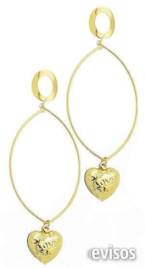 Brinco folheado a ouro, contendo adereço de fio em formato oval e coração.