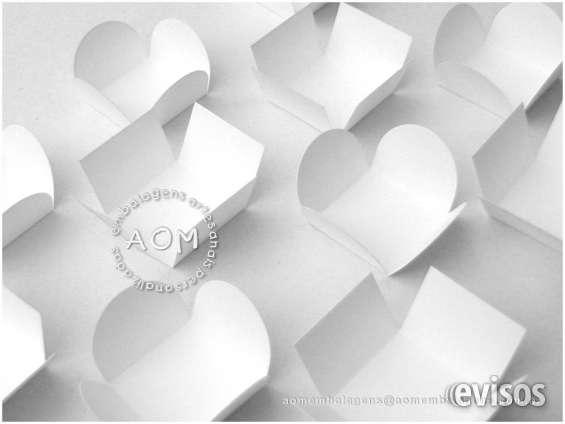 Forminhas brancas de abas retas e abas redondas diversos tamanhos.