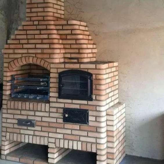 Churrasqueira com forno napolitano da bella telha, churrasqueira construida em tijolos aparentes na cor palha mesclada com forninho napolitano que é acesso com lenha e faz pizzas deliciosas