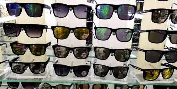 Óculos escuros em vários estilos e marcas