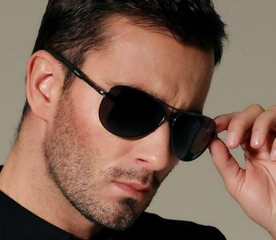 Temos óculos escuros,estilo aviador