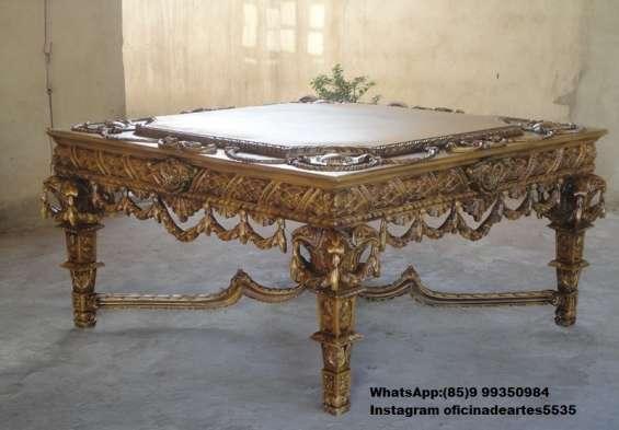 Mesa de madeira revestida com fibra de vidro