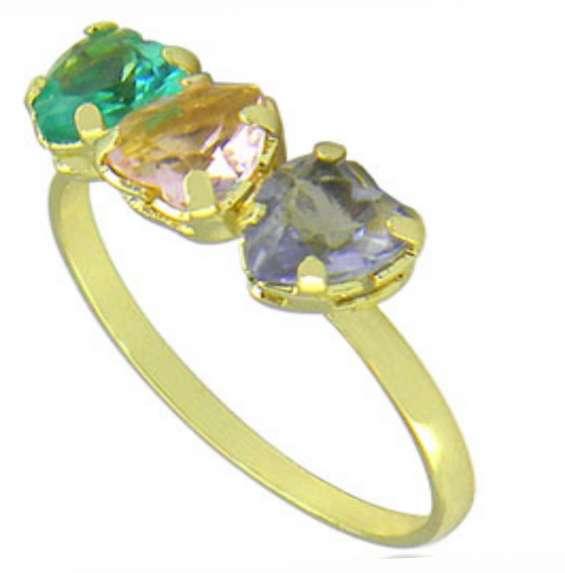Anel folheado a ouro contendo três pedras coloridas de vidro lapidado em forma de coração